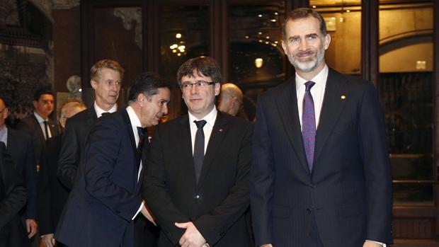 El Rey, en Barcelona, con Carles Puigdemont al lado