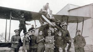 Tras la Primera Guerra Mundial, el ejército español incorporó los aeroplanos «Avro 504» a sus escuelas de pilotos. En la imagen, grupo de alumnos de la décima promoción de Zaragoza (Foto, Museo del Aire)