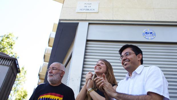 Dos concejales del Ayuntamiento, el pasado verano al inaugurar la plaza de la República