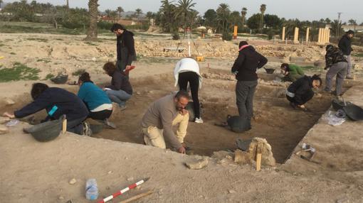 Grupo de arqueólogos realizan excavaciones en el yacimiento ilicitano