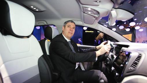 El presidente del Grupo Renault España, José Vicente de los Mozos, en el nuevo Captur en el Salón de Ginebra 201