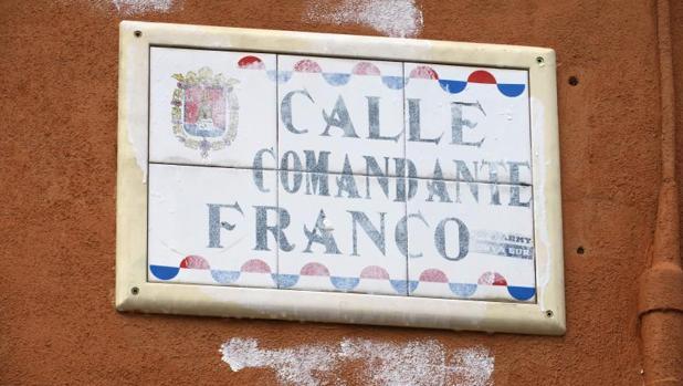 Placa de la calle Comandante Franco, pintada de blanco