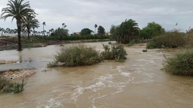 El Vinalopó este martes en la zona del Derramador de Elche, desbordado
