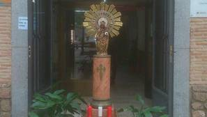 El colegio «Santiago El Mayor» instala un altar improvisado a las puertas del centro