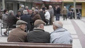 Un grupo de jubilados, ayer, en la plaza de Quintana