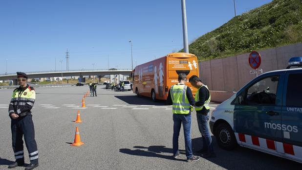 El autob s de hazte o r sale de catalu a tras retirar sus for Juzgados de martorell
