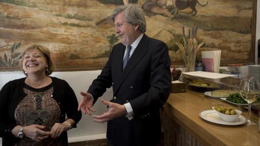 El ministro dialoga con Concha Ortega, propietaria del Restaurante El Bocaíto