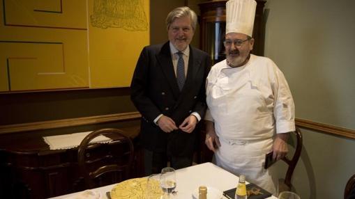 El ministro con Iñaki Camba, en Arce