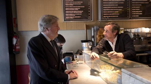 El ministro con Carlos Padura, propietario del Mercado de la Reina