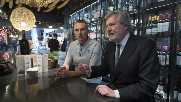 Íñigo Méndez de Vigo con Octavio Rodríguez en el Mercado de San Antón