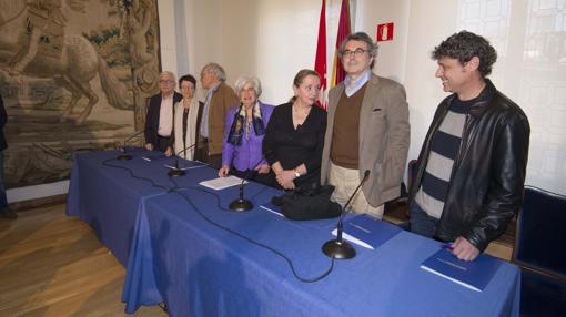 Sauquillo (en el centro, con chaqueta morada), junto a los miembros del Comisionado