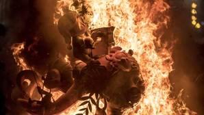 El fuego consume las primeras Fallas Patrimonio de la Humanidad
