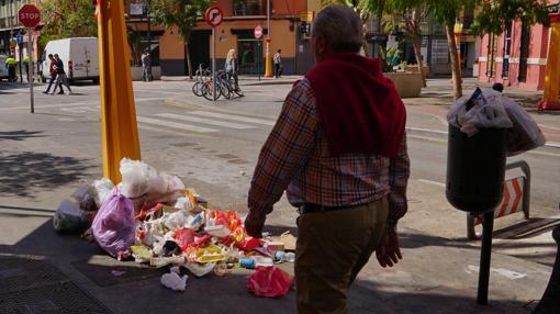 Imagen de una calle de Valencia después de las Fallas