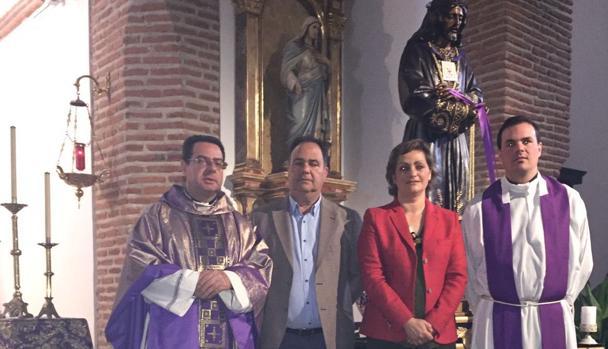 García, junto al alcalde José Luis Fernández y el párroco