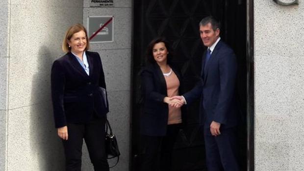 Mercedes Roldós, Soraya Sáenz de Santamaría y Fernando Clavijo, este lunes, en la capital grancanaria