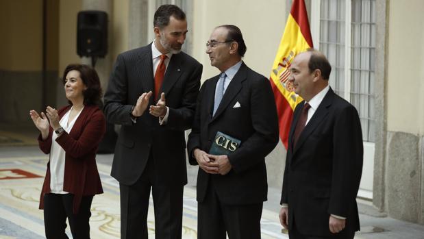 El Rey entrega a Emilio Lamo de Espinosa el Premio Nacional de Sociología en presencia de la vicepresidenta del Gobierno, Soraya Sáemz de Santamaría, y del presidente del CIS, Cristóbal Torres