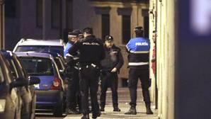 Agentes de la Policía Nacional custodian la vivienda de la mujer que apareció apuñalada