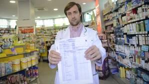 Carlos, farmacéutico de la calle La Rioja, muestra la lista de espera para la vacuna