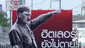 Imagen de archivo de una valla con la imagen de Adolf Hitler