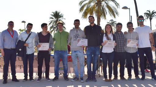 Los premiados en el concurso con sus diplomas