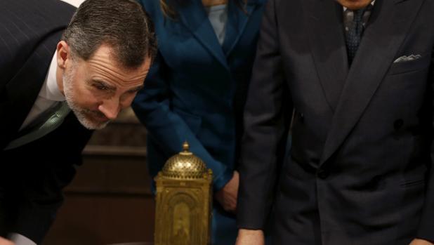 Don Felipe contempla un reloj regalado a Japón por su antepasado Felipe III