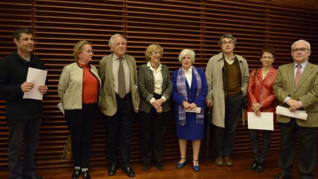 La alcaldesa Manuela Carmena, la presidenta del Comisionado Paca Sauquillo con los demás miembros: Santos Urías, Amelia Valcárcel, José Álvarez, Andrés Trapiello, Teresa Arenillas y Octavio Ruiz-Manjón