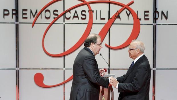 Juan Vicente Herrera entrega el premio de Ciencias Sociales y Humanidades al catedrático José Manuel Ruiz Asencio