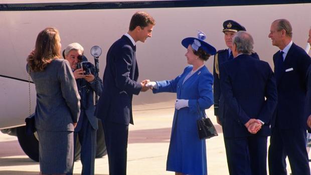 Don Felipe recibió a la Reina Isabel II en su visita a España en 1988