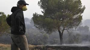 Uno de los profesionales del operativo de extinción de incendios en el pinar de Nieva (Segovia)