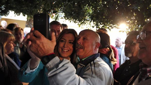 Imagen de Susana Díaz con unos militantes en Xàtiva