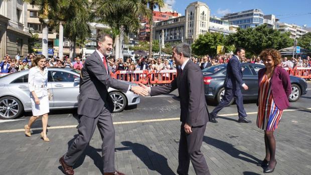 Los Reyes, este martes, a su llegada a Santa Cruz de Tenerife