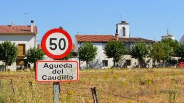 Cartel de Águeda del Caudillo, a la entrada del municipio salmantino