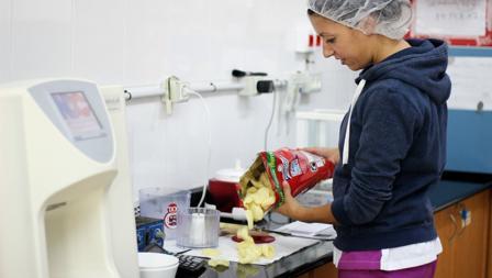 Cada hora se analiza en laboratorios de calidad la producción de Munchitos