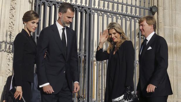 Don Felipe y Doña Letizia con los Reyes de los Países Bajos en el funeral de Kardam de Bulgaria en junio de 2015