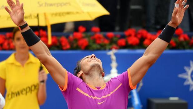 Una de las azafatas en segundo plano, durante la final del trofeo que ganó Rafa Nadal
