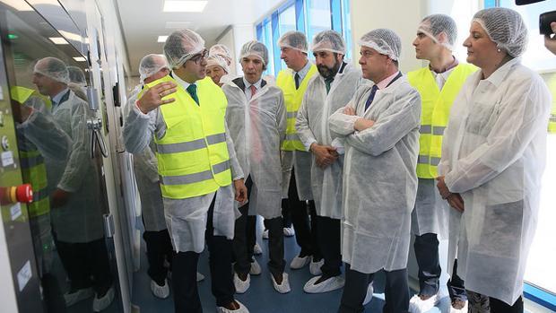 García-Page durante su visita a la pplanta farmacéutica del Grupo Chemo «Universal Farma»