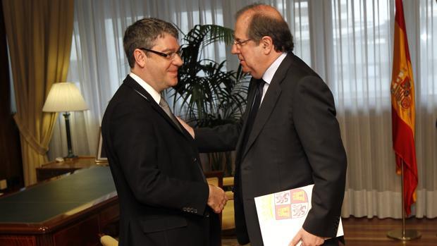 Herrera saluda al ministro Álvaro Nadal, minutos antes de la reunión