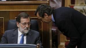 El presidente del Gobierno, Mariano Rajoy, junto al portavoz del PP en el Congreso, Rafael hernando