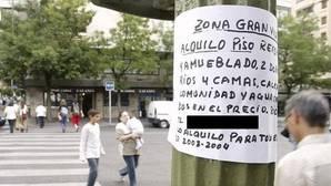 Un anuncio para alquilar piso en una calle madrileña