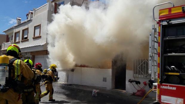 Bomberos trabajan en la extinción del incendio en la casa de Elche