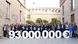 Munté, en el centro de la imagen, con los responsables de la Plataforma Pro Seleccions Esportives Catalanes