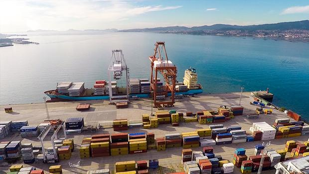 Imagen panorámica de un muelle de carga del Puerto de Vigo