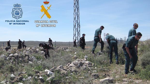 Los agentes, durante los rastreos en busca de las herramientas usadas por los ladrones y que ocultaban en madrigueras de conejos, cerca de Zaragoza