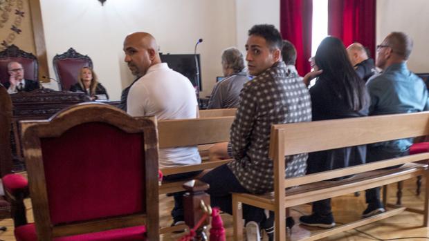 Quini, con camisa oscura y en primer término, durante una de las sesiones del juicio