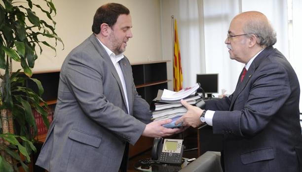 Junqueras (izquierda) y Mas-Colell (derecha), en el traspaso de la cartera de Economía de la Generalitat, en 2016