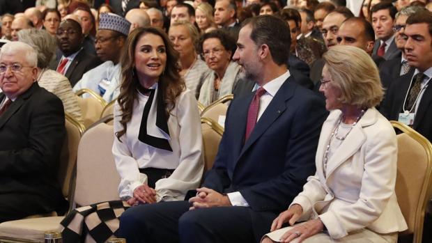 Don Felipe con la Reina Rania de Jordania, en el Foro Económico sobre Oriente Medio, en la costa del Mar Muerto