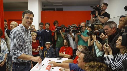 El candidato a la secretaría General del PSOE Pedro Sánchez vota hoy en las primarias socialistas