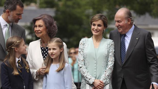 Don Felipe, Doña Letizia, Don Juan Carlos y Doña Sofía, con la Princesa Leonor y la Infanta Sofía