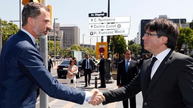 Puigdemont recibe al Rey, a su llegada a La Caixa, en la Diagonal de Barcelona