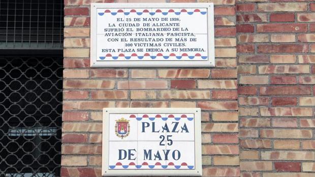 Placa conmemorativa de las víctimas del bombardeo en la plaza 25 de mayo de Alicante